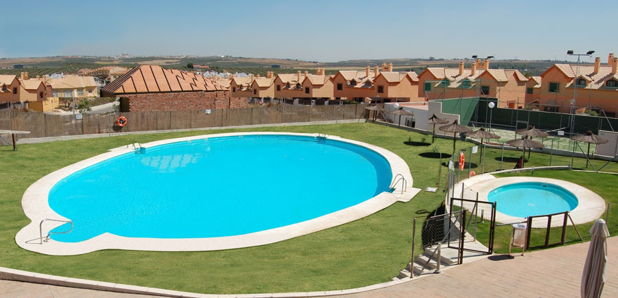 Piscinas ovaladas piscinas en madrid sevilla barcelona for Piscina cuadros leon