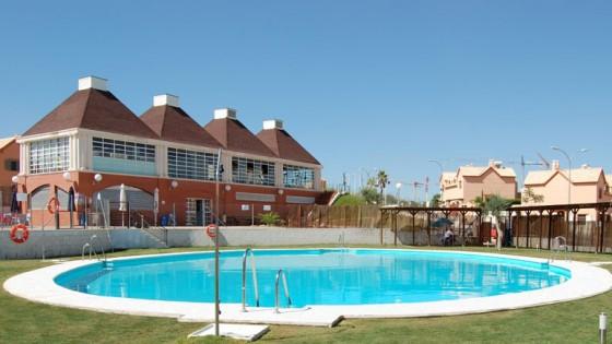Piscinas ovaladas piscinas en madrid sevilla barcelona for Piscinas diferentes en madrid