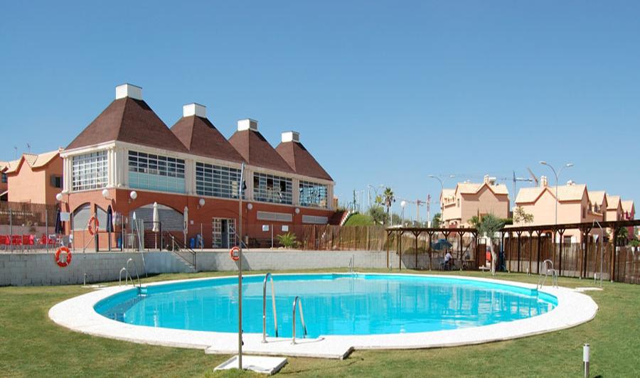 Piscinas ovaladas piscinas en madrid sevilla barcelona for Piscina desbordante precio