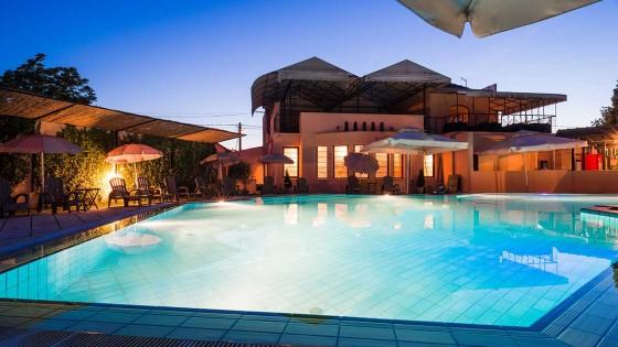 Piscinas de forma libre piscinas y spas poolnatural for Formas para piscinas