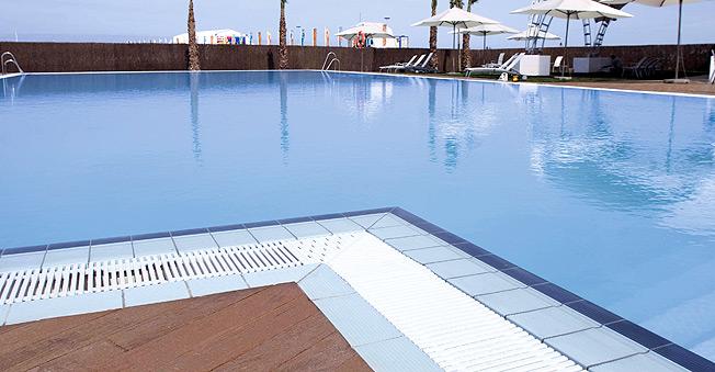 Piscinas desbordantes ofertas en piscinas piscinas for Piscina 02 granada