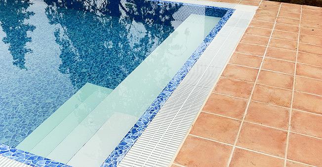 Piscinas desbordantes ofertas en piscinas piscinas poolnatural - Precio por limpieza de piscinas ...