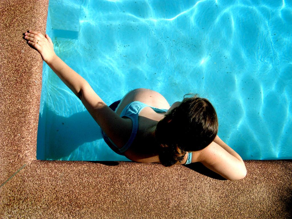 Beneficios de hacer ejercicio en la piscina durante el for En la piscina