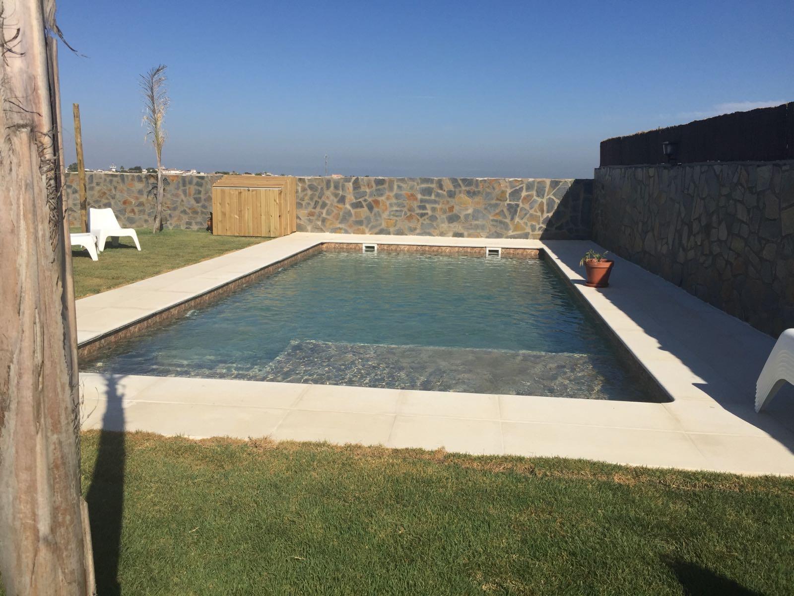 Ventajas de tener una piscina en casa incrementa el valor - Valor de una casa ...