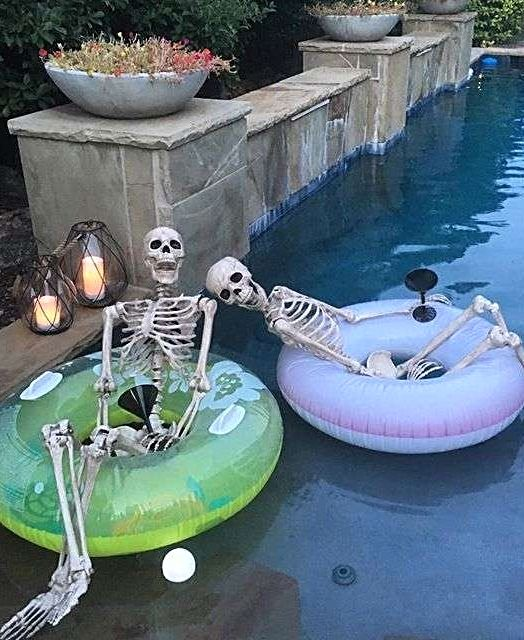 Cuatro ideas para decorar tu piscina este Halloween
